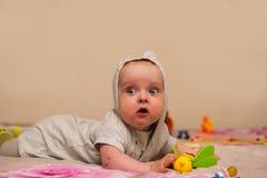 Essais de bébé à ramper Images libres de droits