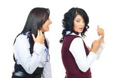 Essais de femme pour remarquer son ami Image libre de droits