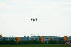 Essais en vol et avions d'Antonov An-26KPA de lignes aériennes de systèmes dans l'aéroport international de Pulkovo à St Petersbu Photo stock