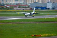Essais en vol et avions d'Antonov An-26KPA de lignes aériennes de systèmes dans l'aéroport international de Pulkovo à St Petersbu Photos stock