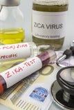 Essais pour la recherche de l'essai et des fioles de ZIKA sur des billets d'euro Photographie stock libre de droits