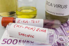 Essais pour la recherche de l'essai et des fioles de ZIKA sur des billets d'euro Photos stock