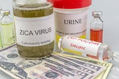 Essais pour la recherche de l'essai et des fioles de ZIKA sur des billets de dollar Images stock