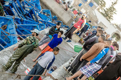 ESSAOUIRA, 10.2015 Μαρόκο-SEP: Λιμενική σκηνή προκυμαιών των ανθρώπων Ατμοσφαιρική εικόνα στο φως βραδιού με το χρώμα ηλιοβασιλέμ Στοκ Φωτογραφίες