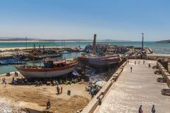 Essaouira, Марокко - август 2017: Старый старый рыбный порт Essaouira со стойлами рыб стоковая фотография rf