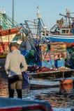 ESSAOUIRA Marocko-September 10,2015: Strandhamnplats av folk Atmosfärisk bild i aftonljus med solnedgångfärg Fotografering för Bildbyråer