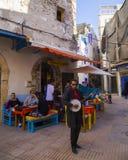 Essaouira Maroko, Styczeń, - 8, 2017: Muzyk bawić się jego gitarę na ulicach Essaouira Fotografia Stock