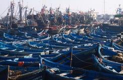 ESSAOUIRA MAROKO, WRZESIEŃ, - 29 2011: Niezliczone błękitne łodzie rybackie gnieść wpólnie w zupełnie ciasnym schronieniu obraz royalty free