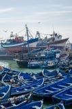 Essaouira, Marruecos - 15 de septiembre de 2013: Barcos de pesca de madera azules anclados en puerto histórico de ciudad medieval Fotografía de archivo