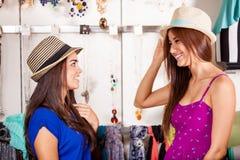 Essayant quelques chapeaux pour l'amusement Photographie stock libre de droits
