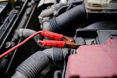 Essayez de mettre en marche le moteur de la voiture avec l'usi semé de batterie photo libre de droits