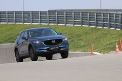 Essayez du croisement SUV de Mazda changé le design par deuxième génération CX-5 Photos stock