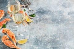 Essbare Meerestiere und weißer Wein Stockbild