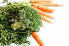 Essbare noch Lebensdauer Brokkoli und Karotten sind auf dem Grün stockfoto