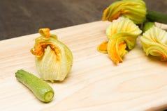 Essbare Zucchini blühen rohes Lizenzfreie Stockfotografie