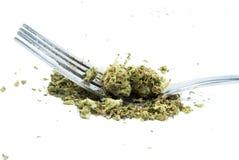 Essbares Marihuana, Gabel und Messer, weißer Hintergrund Lizenzfreie Stockfotos