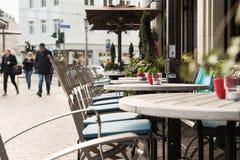 ESSEN, ALEMANHA - 25 DE JANEIRO DE 2017: O despeito de temperaturas do inverno um café oferece assentos fora Imagem de Stock