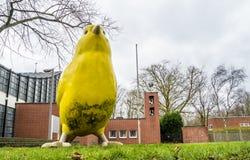 Essen, Alemanha - 24 de janeiro de 2018: O pássaro amarelo por arquitetos de Ulrich Wiedermann e de Hummert está apontando a mane Fotos de Stock