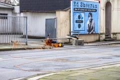 Essen, Alemanha - 18 de janeiro de 2018: Os sinais provisórios viraram pela tempestade Friederike no cruzamento da rua Imagens de Stock