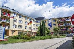 Essen, Alemania - 21 de junio de 2018: Casa adornada con las banderas del mundial del fútbol imagen de archivo