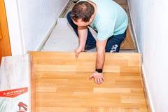 Essen, Allemagne - 11 février 2019 : Préparation le du plancher pour refourbir le stratifié photos stock