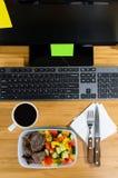 Essen am Arbeitsplatz Stockfotos