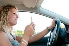 Essen beim Antreiben des Autos Stockfoto