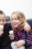 Essen der Eiscreme lizenzfreies stockbild