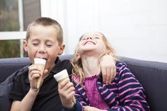 Essen der Eiscreme stockbilder