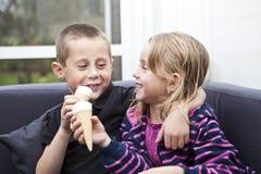 Essen der Eiscreme stockfoto