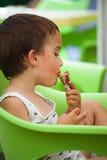 Essen der Eiscreme Stockbild