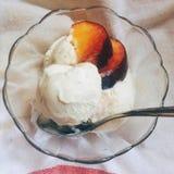 Essen der Eiscreme und der Früchte Stockfotografie