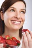 Essen der Erdbeere stockfotografie