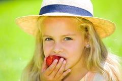 Essen der Erdbeere Stockbild