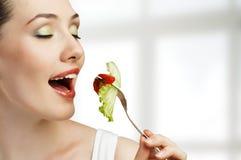 Essen der gesunden Nahrung stockbild