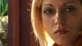 Essen der jungen Frauen stock footage
