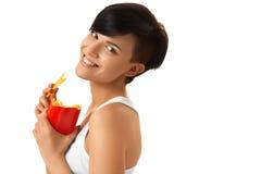 Essen der Nahrung Frau, die Pommes-Frites hält Weißer Hintergrund schnell lizenzfreies stockbild