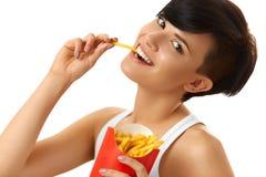 Essen der Nahrung Frau, die Pommes-Frites hält Weißer Hintergrund schnell lizenzfreies stockfoto