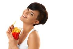 Essen der Nahrung Frau, die Pommes-Frites hält Weißer Hintergrund schnell lizenzfreie stockfotos