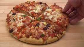 Essen der Pizza stock video