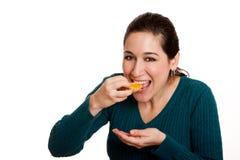 Essen der saftigen Mandarinescheibe Stockfotografie