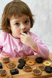 Essen der Schokoladenkuchen Stockfoto