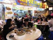 Essen der würzigen Krabbe an einem Nachtmarkt Lizenzfreies Stockbild