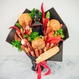 Essen des Blumenstraußes für Mann stockbild