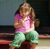 Essen des Eis Ceam Kegels Stockbild