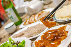 Essen des Entenbratens an einem Peking-Entenbratenrestaurant Stockfotografie