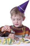 Essen des Geburtstagkuchens Stockbilder