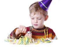Essen des Geburtstagkuchens stockfoto