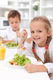 Essen des gesunden Frühstücks Stockfotos