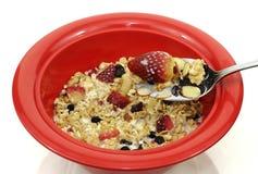 Essen des Getreidefrühstücks von einer Schüssel Stockfoto